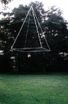 Schwebende Pyramide, 2003, Aluminium, Edelstahl