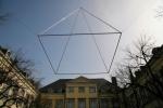Schwebende Pyramide, 2012, Edelstahl, Aluminium, Kunst aus NRW, ehemalige Reichsabtei Aachen Kornelimuenster